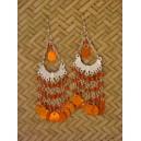 Boucles d'oreilles faites de billes de verre et sitaras montées sur structure en métal.
